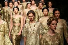 Models in gold during the Dolce