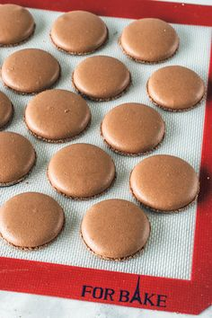 These are some rich chocolate macarons, with a dark and indulgent filling. Enjoy this detailed recipe to make your favorite gluten-free cookies! Chocolate Macaron Recipe, Chocolate Frosting, Chocolate Cookies, Hot Chocolate, Gluten Free Snacks, Gluten Free Cookies, Italian Hot, Vegetarian Chocolate, Macaroons