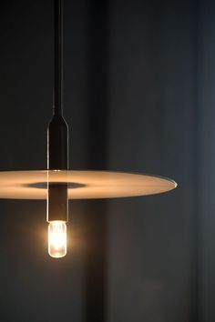 Strakke en moderne design hanglamp met LED lichtbron in armatuur #lighting #modern #design