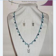 Collar 80: hilo azul matizado con perlas y búhos. Con aros. Ch$6.000.