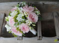bouquet de novia clásico en tonos suaves con un efecto muy natural. Mayula Flores