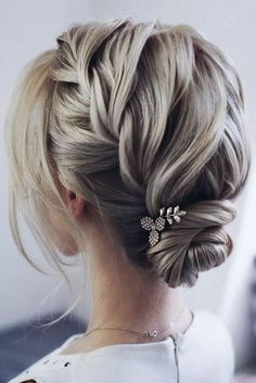 hair updos For Medium Hair Updo Hair Styles What hairstyle makes you look younger Easy Bun Hair Styles wedding updo hair Bride Hairstyles, Headband Hairstyles, Easy Hairstyles, Hair Updo, Prom Hair Bun, Evening Hairstyles, Hair Buns, Latest Hairstyles, Up Dos For Medium Hair