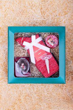 Rozmazlete manželku či dceru luxusním obsahem této krabičky. Uvnitř se skrývá luxusní balení ponožek Calvin Klein v různých barvách, vkusná skleněná ozdoba ve tvaru andělíčka, roztomilé kapesní zrcátko značky Santoro, a rozpouštěcí vonný vosk značky Yankee Candle s vánočním aroma. Nebojte se udělat radost touto vánoční krabičkou! #differentcz #vanoce2019 #tipynavanocnidarky #darkyprozeny Yankee Candles, Calvin Klein, Frame, Home Decor, Picture Frame, Decoration Home, Room Decor, Frames, Home Interior Design
