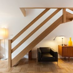 Like the plain oak bannisters Diy Stair Railing, Balcony Railing Design, Railings, Banisters, Townhouse Interior, Interior Stairs, House Staircase, Staircase Design, Basement Remodel Diy