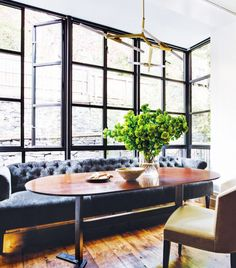 Sleek dining room with a dark blue tufted sofa, vintage table, and a yellow armchair Home Renovation, Blue Tufted Sofa, 1800s Home, Dining Sofa, Dining Rooms, Classic Kitchen, Banquette Seating, Urban Loft, New Living Room