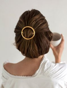 Rien de tel qu'une néo-barrette pour twister une coiffure classique (photo Emma Elwin)