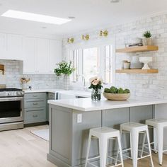 Unbelievable Tips Can Change Your Life: Kitchen Remodel Grey Hardware small kitchen remodel lighting.Small Kitchen Remodel Farmhouse kitchen remodel tips life. Kitchen Ikea, Kitchen Redo, New Kitchen, Kitchen Dining, Country Kitchen, Rustic Kitchen, Kitchen Bar Counter, Kitchen Backsplash, Kitchen Bars