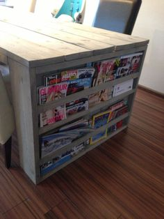 Fun idea for the dining table - magazines. You only miss 1 spot to sit. Handmade Furniture, Home Furniture, Scaffolding Wood, Diy Design, Interior Design, Home And Living, Interior Inspiration, Home Kitchens, Home Goods