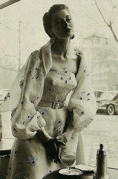 Capucine - 1953 Women's vintage fashion photography photo image old hollywood Looks Vintage, Vintage Love, Vintage Beauty, Retro Vintage, Moda Retro, Moda Vintage, Look Fashion, Timeless Fashion, French Fashion