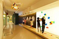 World Design Capital Taipei 2016 臺北世界設計之都新增了 16 張相片。 6月23日 18:19 · #設計臺北 #公園不再大眾臉計畫 【誰說遊戲只有一種方法?遊戲場只有一種模樣?】 誰說好玩的遊樂場一定要有「遊樂設施」、誰說畫圖只能端坐在畫室?創造「夠自在」的環境,孩子們就能用手邊素材想出最好玩的遊戲方式! 日比野建築設計公司(HIBINOSEKKEI + Youji no Shiro)擅長創造讓孩子能自在體驗環境的幼稚園。透過善用自然材質,如木頭、鋼鐵、自然光及風,保留孩子用身體感受環境的機會,從而激發創造力與想像力。例如:透過建築設計保留雨後的積水,孩子就本能地學會恣意踏水的樂趣! 要設計一座好玩而開放的遊樂場,👉 👉最重要的是「不要過度害怕受傷、不要執著於創造絕對安全的環境」,有些小的受傷和失敗能讓孩子從中學習,未來才能避免真實世界的傷害。很多時候,大人覺得不好用的設備,例如:特色的樓梯、可以鑽進鑽出探索的角落,反而是孩子冒險的最佳去處! 這次,#設計臺北 「#公園不再大眾臉計畫 」,將透過藝術設計導入大同區三個公園、中山區二個