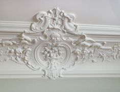 Shabby Chic Decor Ideas: From lace closets and textured wallpaper to fancy wall trim (image by AB Kasha) Shabby Chic Bedrooms, Shabby Chic Homes, Shabby Chic Furniture, Shabby Chic Decor, Flur Design, Plafond Design, Moldings And Trim, Plaster Mouldings, Crown Moldings