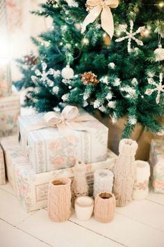 17 Creative Winter Bridal Shower Ideas via Brit + Co Christmas Bridal Showers, Winter Bridal Showers, Baby Shower Winter, Baby Winter, Baby Shower Themes, Baby Shower Decorations, Shower Baby, Glitter Table Cloths, Shower Gifts