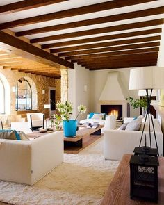 La reforma de esta centenaria casa mallorquina ha revalorizado su arquitectura de piedra con un plus: la inyección de vitalidad que le da una decoración en tendencia.