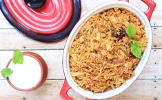 Varză cu orez - rețetă + beneficii Sauerkraut, Fried Rice, Hummus, Grains, Ethnic Recipes, Food, Herbalism, Homemade Hummus, Meal