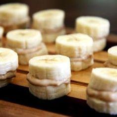 Ein leckerer Snack für den Kindergeburtstag: Gefrorene Bananen mit Erdnussbuttercreme gefüllt. http://de.allrecipes.com/rezept/13496/gefrorener-bananen-erdnuss-snack.aspx