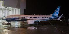 A #Boeing informou que a sua equipe de mecânicosem #Renton, nos #EUA, finalizou a montagem do primeiro 737 MAX 8.