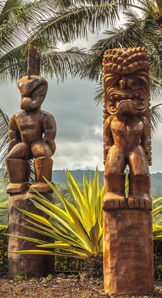 Hawaii Travel Features - Polynesian Wooden Tiki Carvings on the Beach in Oahu, Hawaii . See Hawaiian Art, Hawaiian Tattoo, Aloha Hawaii, Hawaii Travel, Tiki Art, Tiki Tiki, Tiki Totem, Polynesian Culture, Easter Island