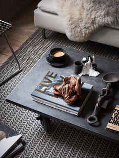 Zwart ijzer op wieltjes salontafel