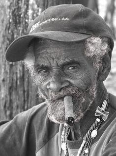 Vinales. Portrait d'un vieil #homme, le cigare à la bouche ©Salaün Holidays