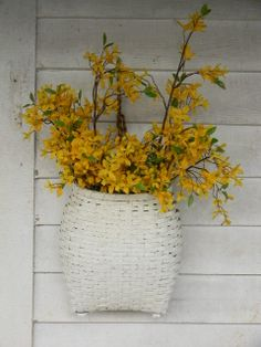 A Spring decoration: forsythia in a white pack basket. Very pretty. Decoration Entree, Vibeke Design, Yellow Cottage, Spring Has Sprung, Shades Of Yellow, Mellow Yellow, Porch Decorating, Door Wreaths, Spring Time