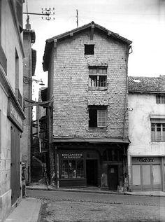 POITIERS - Boulangerie au n°63 de la Grande Rue, face a la Rue Saint Fortunat. - Photographie d'Hélène Plessis-Vieillard (1892-1987) date inconnue. https://www.google.fr/maps/@46.5815567,0.350295,3a,75y,23.96h,82.19t/data=!3m6!1e1!3m4!1sIlnYMepNjkpre1YkIU9RXg!2e0!7i13312!8i6656