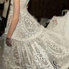 Alexander McQueen Lace. Look Fashion, Fashion Details, Paris Fashion, Runway Fashion, Wedding Trends, Wedding Styles, Wedding Ideas, Alexander Mcqueen, Mcqueen 3