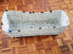 . STOPCOMPRAS: CESTA RECICLADA CON PERIODICOS VIEJOS Knit Basket, Wicker Baskets, Old Newspaper, Revamp Clothes, Clothespins, Crafts To Make, Journaling, Recycling