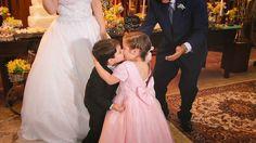 Os pajens roubando a cena na hora do beijo! 💏  Que fofura! 😍  www.quemcasaquerdicas.com | www.guiaqcqd.com    📷 William Silva