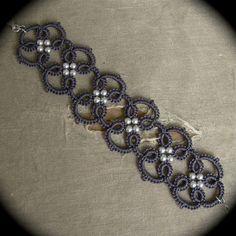 Questo braccialetto è stato mano ago tatted usando il mio modello quadra che si basa su un classico tatted bordatura in filo di cotone grigio carbone di