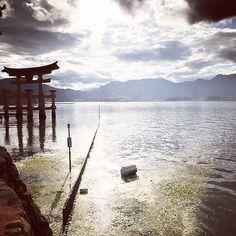 Miyajiman pyhättösaaren kuuluisa portti on Japanin ikonisia näkymiä ja Unescon maailmanperintökohde. Saarelle pääsee päiväretkelle Hiroshimasta. Kiitos upeasta kuvasta @kemonen! #japani #miyajima #japan #mondolöytö #mondolehti