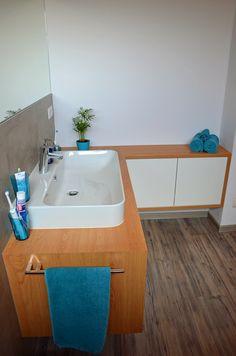 Ein Maßangefertigter Badezimmerschrank in Eiche mit weisen Spiegelglanz- Fronten. Wellness, Bathtub, Bathroom, Oak Tree, Bath Room, Bathing, Closet, Nice Asses, Standing Bath