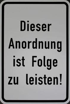 Timm Ulrichs - Dieser Anordnung ist zu Folge Leisten! (multiple - straatnaambord, jaar: 2014, ondertekend met de hand en genummerd, afmetingen: 75 x 50 cm)