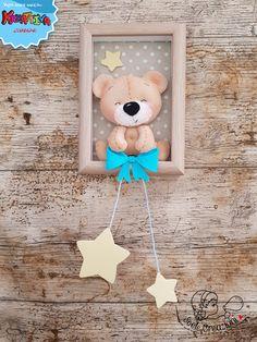 Eu Amo Artesanato: Ursinho com molde e passo a passo Frame Crafts, Diy Frame, Felt Christmas Ornaments, Christmas Crafts, Baby Crafts, Diy And Crafts, Felt Crafts Patterns, Baby Keepsake, Felt Decorations