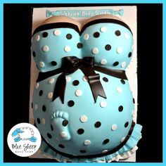 This is the first baby rump baby shower cakes we've done - and I have a feeling it's going to be the first of many! This baby shower cake features a polka dotted dress and a little baby foot. Torta Baby Shower, Baby Boy Shower, Amazing Baby Shower Cakes, Pregnant Belly Cakes, Pregnant Baby, Baby Bump Cakes, Cake Baby, Shower Bebe, Baby Shower Gender Reveal