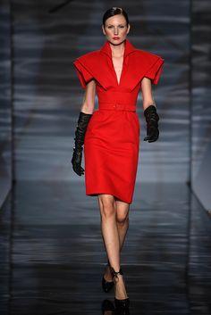 Guarda la sfilata di moda Fausto Sarli a Roma e scopri la collezione di abiti e accessori per la stagione Alta Moda Autunno Inverno 2009/2010.