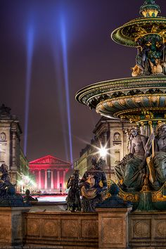 Una de las fuentes de la Plaza de la Concordia de #Paris y la Iglesia de la Madeleine al fondo http://www.viajaraparis.com/lugares-para-visitar-en-paris/plaza-de-la-concordia-de-paris/ #viajar #turismo