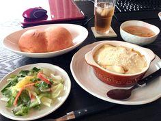 サラダとパンは買ってきた物ですw グラタンは遊びに来た友達へ作りました(*vωv) - 1件のもぐもぐ - カボチャグラタン by tanu01