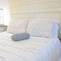 Stevige kabel brei deken in crème Ierse bekabelde wol Hand   Etsy Cable Knit Blankets, Hand Knit Blanket, Small Blankets, Chunky Blanket, Knit Pillow, Wool Blanket, King Size Bed Covers, Textured Bedding, Christmas Inspiration
