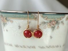 Red Wedding Swarovski Pearl Earings, Wire Wrapped Jewelry Handmade,  Pearl Dangle Earrings, Red and Gold Wedding by IOStudio on Etsy #weddingjewelry #handcraftedjewelry #redwedding #earrings