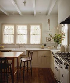 Jessica Helgerson Interior Design renovated this gorgeous old house in Iowa City, Iowa. U Shaped Sofa, Wooden Rocking Chairs, Home Library Design, Interior Design Photography, Cafe Curtains, Built In Wardrobe, Classic Furniture, Mid Century House, Home Kitchens