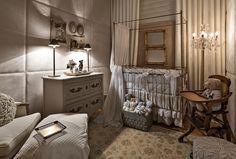 quarto de bebes com detalhes em dourado