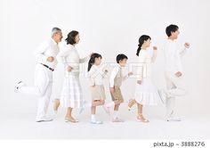 三世代 3世代家族 親子の写真 Family Photo Studio, Studio Family Portraits, Family Portrait Photography, Baby Family, Family Kids, Group Picture Poses, Casual Family Photos, Family Potrait, Studio Poses