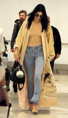 Full Sized Photo of kendall jenner kim kardashian made lamar odom smile 03 Lamar Odom, Maxi Coat, Model Street Style, Jenner Sisters, Kendall And Kylie Jenner, Models Off Duty, Old Models, Hollywood Fashion, Kardashian Jenner