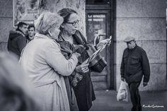 """Que sí que es por aquí!! """"Lo importante no es saber de todo sino saber a quien preguntar""""  #Madrid #nachogutierrezphoto #streetphotography #dudas #preguntas #igersmadrid #igers by enege74"""