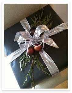 Google Image Result for http://4.bp.blogspot.com/-h_AMh9YntXI/TtHDfhKSIEI/AAAAAAAABhU/cYuFEh0g1WU/s1600/Christmas_giftwrap1.jpg