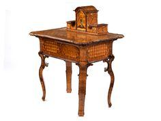 Höhe geschlossen: 81 cm. Breite: 97 cm. Tiefe: 69 cm. Höhe in geöffnetem Zustand: 108 cm. Mittelrhein/ Mainz, um 1750. Im Aufbau eines kleinen Schreibtischs...