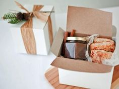 Holiday Breakfast Kit - 40 Homemade Holiday Food Gift Recipes on HGTV. A no-fuss breakfast treat works for everybody. I like the way this is wrapped, too. Christmas Food Gifts, Homemade Christmas, Holiday Gifts, Christmas Ideas, Diy Wedding Favors, Party Favors, Wedding Decor, Wedding Centerpieces, Pear Butter