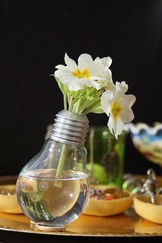 C'est l'heure du projet DIY #8et ce mois-ci, le thème est «Invite the nature». J'ai été pas mal inspiré, et mon choix s'est porté sur la fabrication d'un vase plutôt original, réalisé à partir d'une ampoule. Alors avant tout, faites attention au choix de l'ampoule, car certaines contiennent des produits très dangereux. Il faut choisir ... [Read more...] Decoration, Glass Vase, Projects, Voici, Invite, Home Decor, Tips, Nature, Light Bulb Vase
