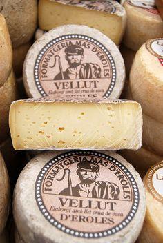 El Vellut es un queso elaborado en la quesería Mas d'Eroles, situada en Adrall, comarca del Alt Urgell, en Cataluña. Leche cruda de vaca y coagulación de tipo enzimático
