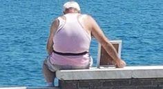 Anziano al mare con la foto della moglie morta commuove il web